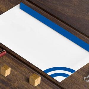 木製テーブルの上の封筒イメージ